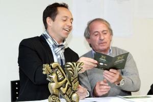 Denis Liébé remet à Jacques Laffite sa carte de membre 2015 du Country Club(Nicolas GOISQUE/www.Focale.info)