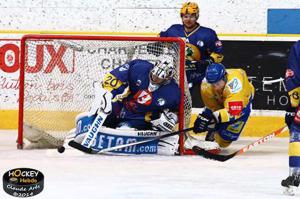 La bagarre a été rude entre Chamois et Ducs (©Claude Arès/Hockey Hebdo/Archives)