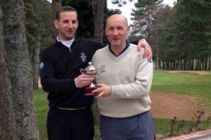 Les deux capitaines posent avec le trophée (©Golf de Quetigny)