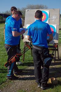 l' équipe D1 arc à poulie en train de compter les points à la cible (©1ère compagnie d'Arc Dijon)