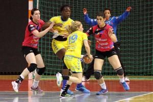 La Défense Dijonnaise avec une Joanna Lathoud au four et au moulin a fait merveille en laissant les Toulonnaises à 21 buts (Nicolas GOISQUE/www.Focale.info)