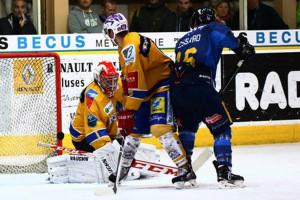 La bataille fut intense hier à Chamonix © Claude Ares / Hockey Hebdo