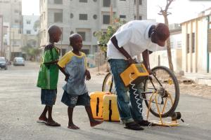 ba, membre Cinécyclo à Dakar, devant la Made In Sénégal ©Cinécyclo   2014 © Vincnet Hanrion