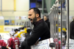 Jonathan Paredes encourage ses joueurs © Guillaume Meurisse/Hockey Hebdo