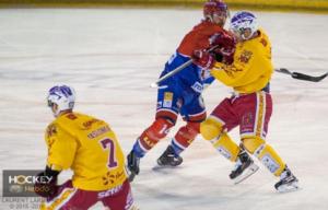 Beaucoup de tensions entre les deux équipes © Laurent Lardière/ Hockey Hebdo