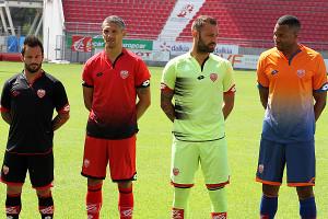 Les maillots ont ensuite été présentés aux abonnés par les joueurs du DFCO © Nicolas GOISQUE/NikoPhot