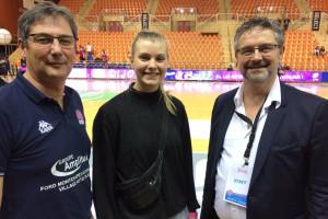 La jeune Danoise entourée du coach  Christophe Maréchal et du président Gilles Poissonnier © CDB 21